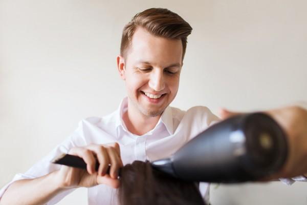 Ausgebildeter Friseur beim Stylen