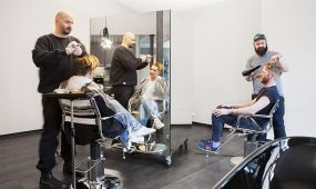 Friseurmeister Brunette Berlin bei der Arbeit