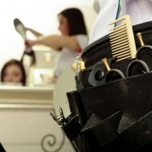 Friseur-Lehrling beim Haare schneiden