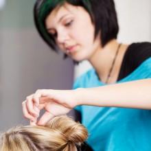 unmotivierte Friseurauszubildenden schneidet Haare