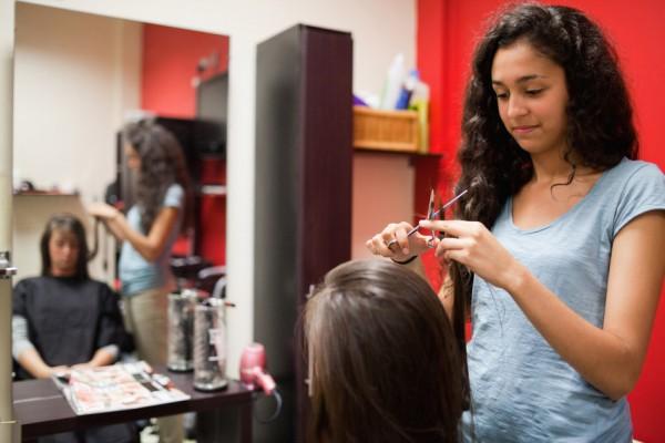 Friseur Auszubildende am Kunden