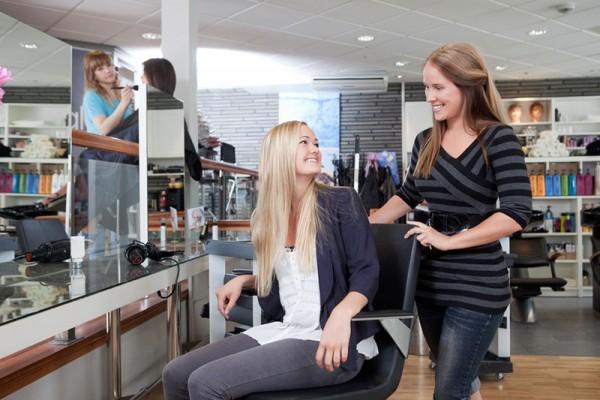 Glückliche Frau nach dem Haare schneiden