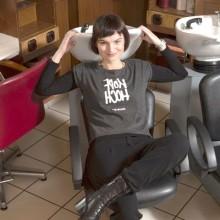 Claire Lachky lachend auf dem Friseurstuhl