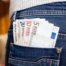 Friseurin mit Geldscheinen in der Hosentasche