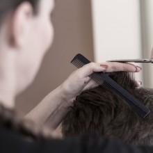 Friseurin bei der Arbeit