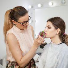 Hair und Makeup Artist bei der Arbeit