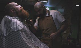 Akad im Barbershop bei der Arbeit