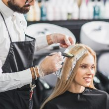 Friseur bei einer Olaplex Haarpflege