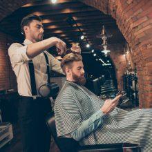 Selbständiger Friseur bei der Arbeit