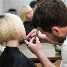 Friseur bei seiner Arbeit