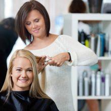 Friseurin beim Haareschneiden mit guter Haltung